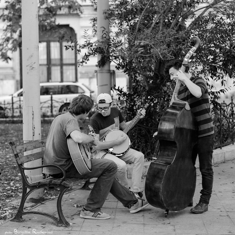 people_20131011_music1bw