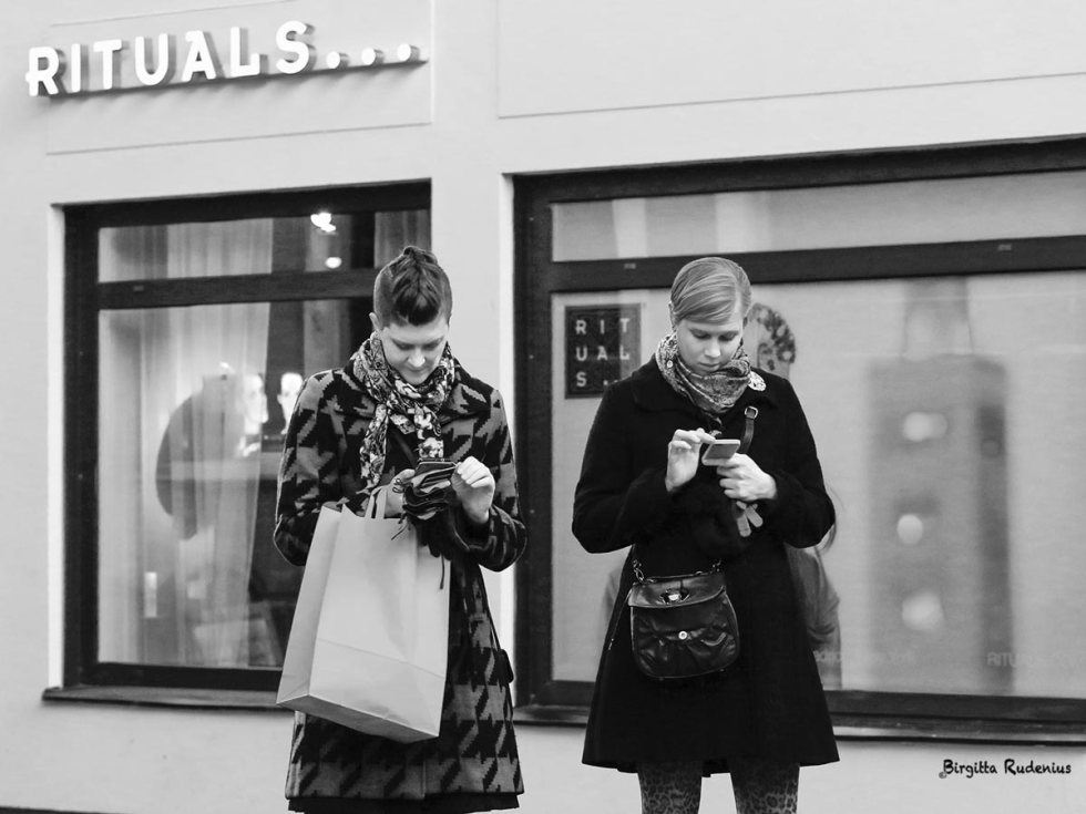Street Photography - Rituals & Cellphones