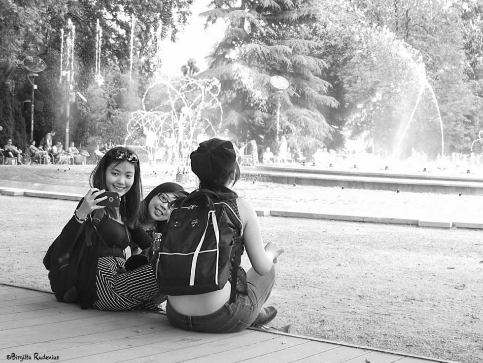 Street Photo - Girls and Fountain.